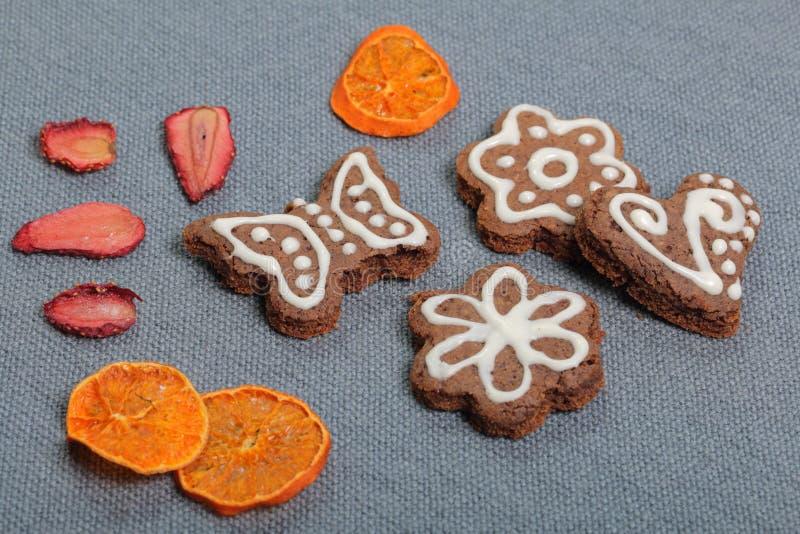 Печенья пряника украшенные с картиной белой поливы стоковое изображение