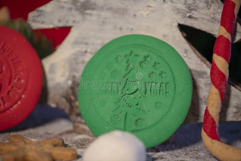 Печенья различного рождества сладкие красочные с рождественской елкой на деревянной таблице стоковые фотографии rf