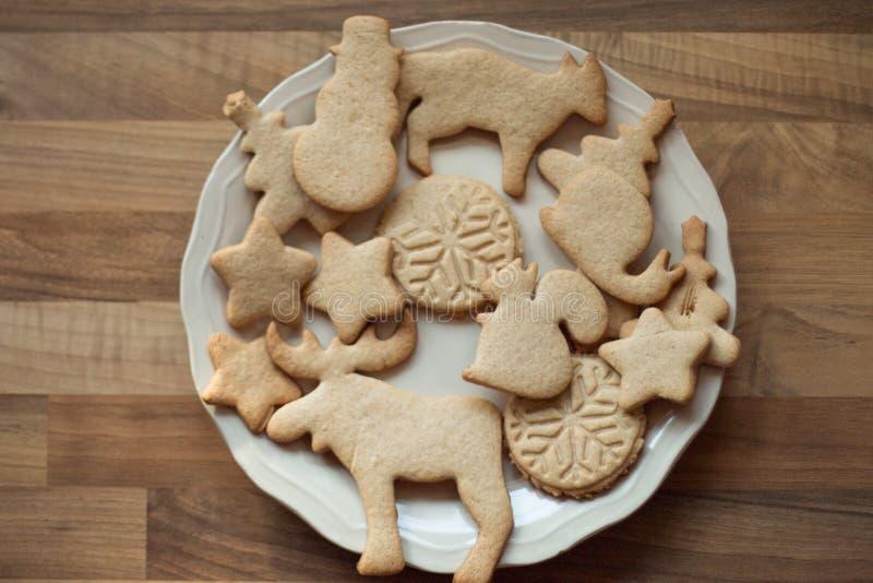Печенья рождества на плите стоковое изображение rf