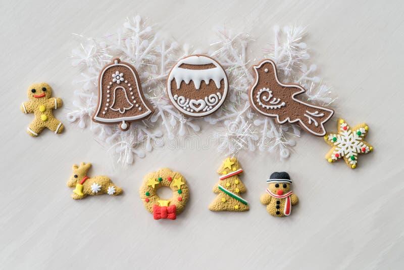 Печенья рождества с украшениями Нового Года на деревянном столе стоковая фотография