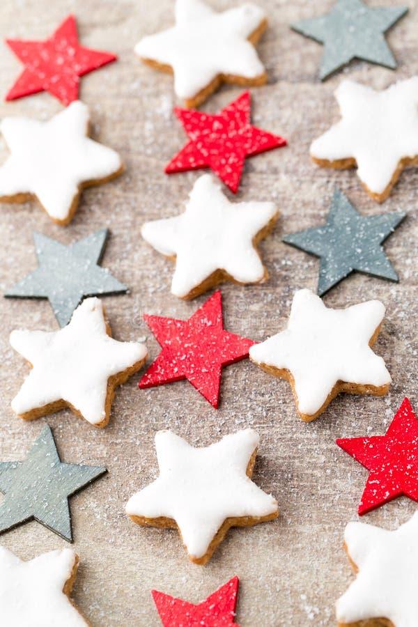Печенья рождества с малым украшением рождества стоковые изображения