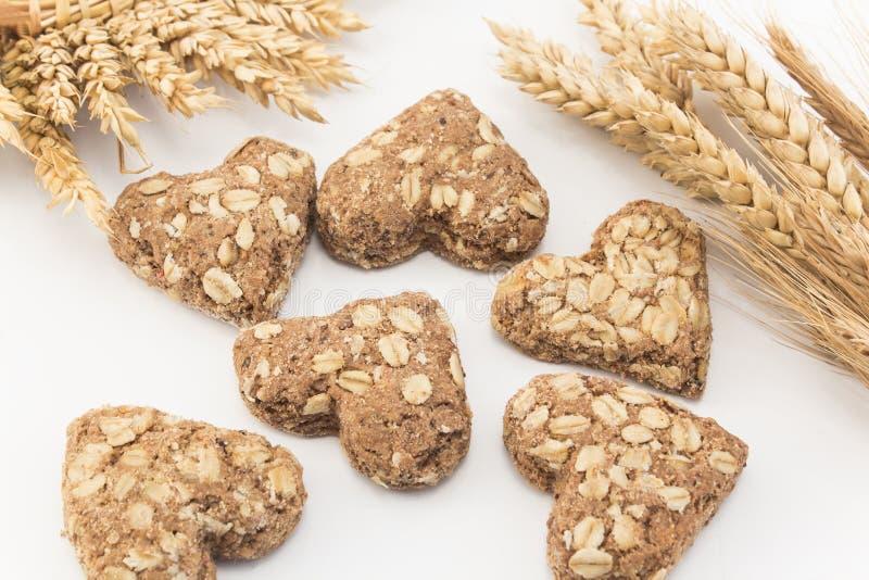 Печенья сердца сделанные всех пшеницы и черносливов стоковое фото rf