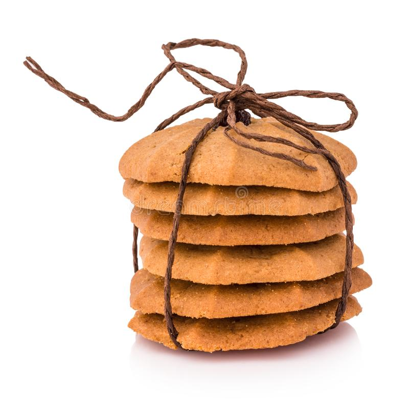 Печенья - стог печений обломока шоколада связанный с коричневым isol веревочки стоковое фото rf
