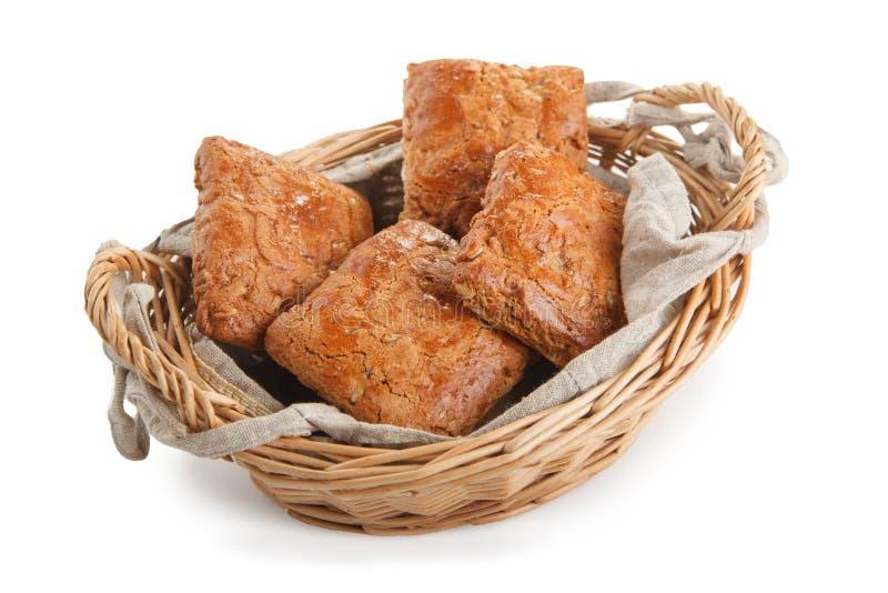 печенья с гайками в деревянной корзине стоковое фото