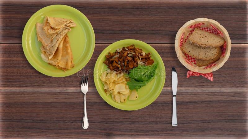 Печенья с картошками, блинчиками и кренами стоковая фотография rf