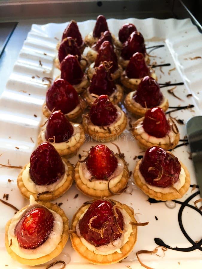 Печенья с красной клубникой стоковые изображения rf