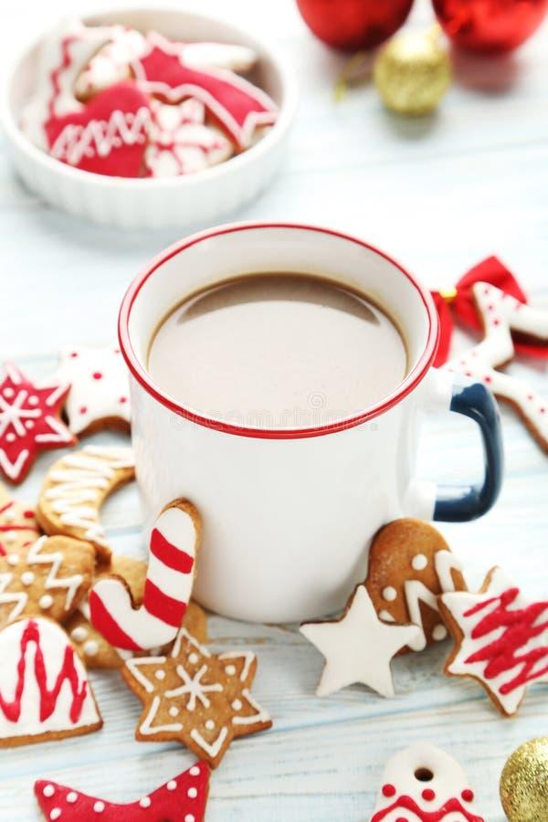 печенья с чашкой горячего кофе стоковые фотографии rf