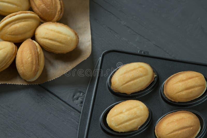 Печенья с condenced молоком и заполненной выпечк-прессформой стоковое фото rf