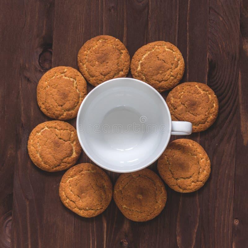 Печенья чашки кофе и овсяной каши на деревянной предпосылке Взгляд сверху стоковые изображения rf