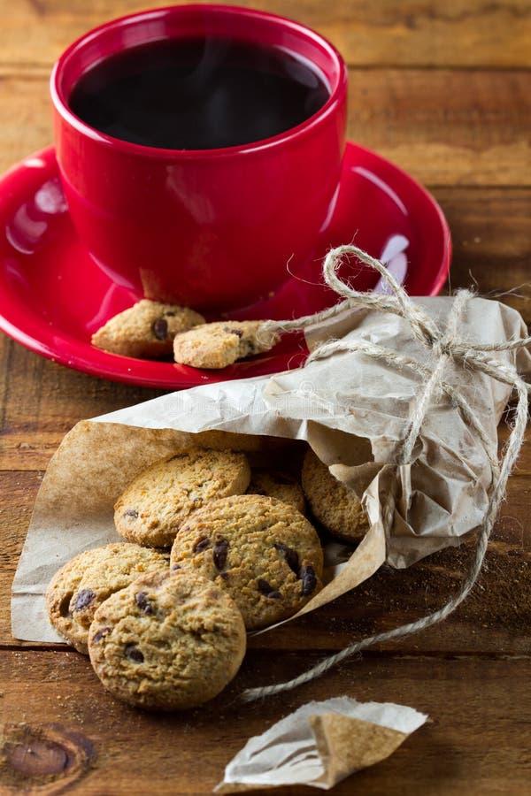 Печенья чашки кофе и овсяной каши с шоколадом вертикально стоковое фото rf