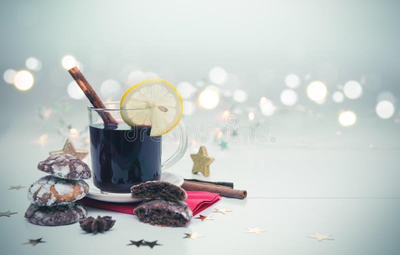 Печенья шоколада рождества при изолированные гирлянда и обдумыванное вино стоковое фото rf