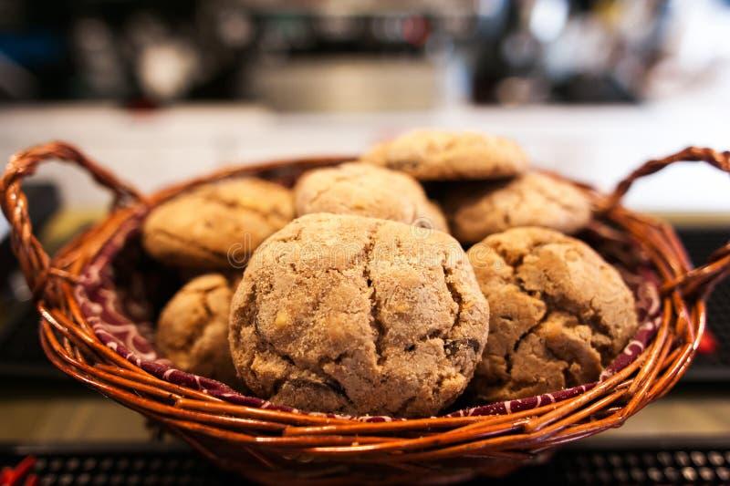 Печенья шоколада на белой linen салфетке на деревянном столе Chocola стоковое фото rf