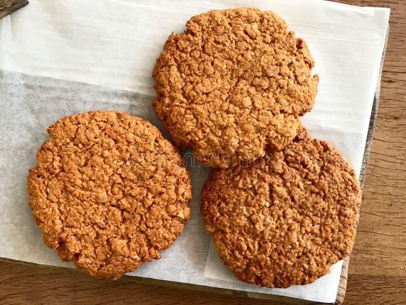 Печенья Anzac/традиционные австралийские печенья овсяной каши и кокоса для продажи стоковое фото rf
