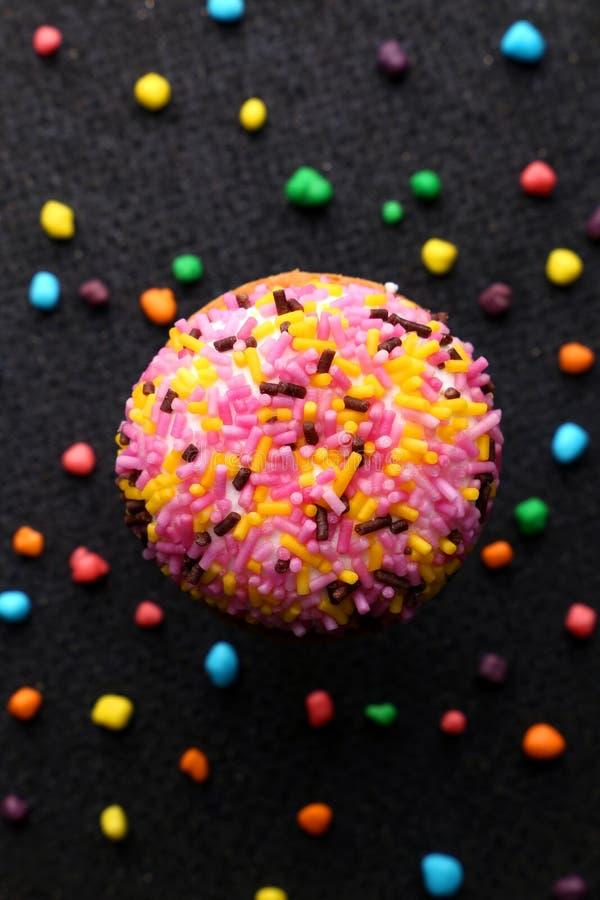 Печенья Crinkle шоколада конец-вверх печениь шоколада печений Crinkle на печеньях рождества на черной плите, взгляд сверху стоковая фотография rf