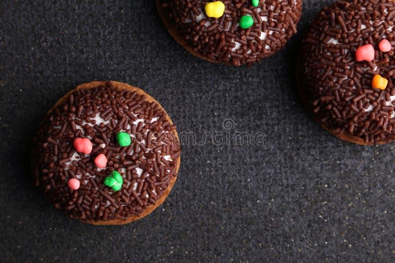 Печенья Crinkle шоколада конец-вверх печениь шоколада печений Crinkle на печеньях рождества на черной плите, взгляд сверху стоковое фото rf