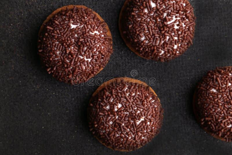 Печенья Crinkle шоколада конец-вверх печениь шоколада печений Crinkle на печеньях рождества на черной плите, взгляд сверху стоковые фото