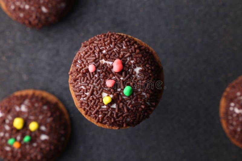 Печенья Crinkle шоколада конец-вверх печениь шоколада печений Crinkle на печеньях рождества на черной плите, взгляд сверху стоковые изображения rf