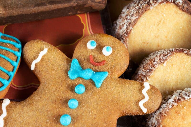 Печенья gingerbread рождества домодельные На печенье связи бабочки стоковые изображения rf