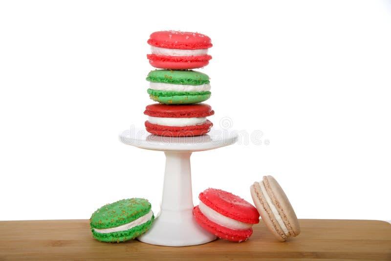 Печенья macaron рождества на небольшом постаменте на деревянной изолированной таблице стоковое фото rf