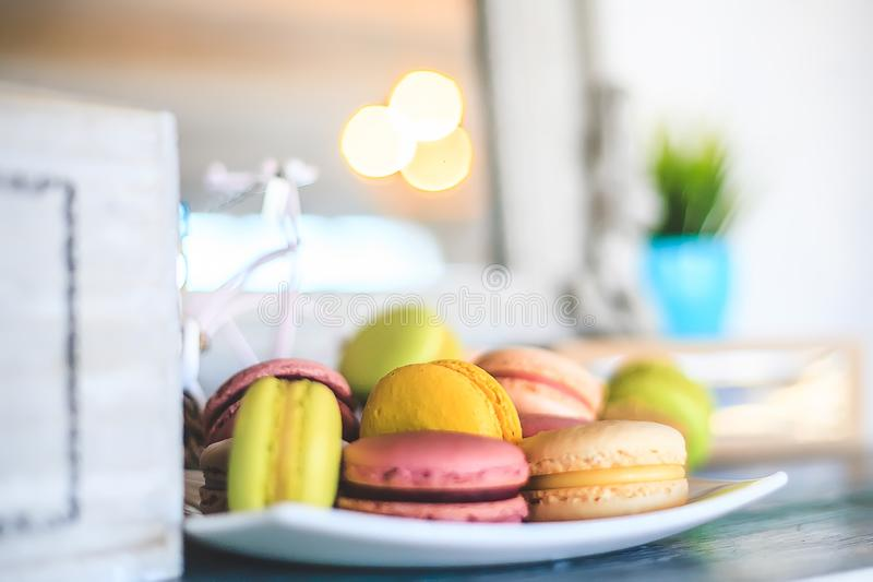 Печенья Macaroon на старой таблице на белой плите с красивым bokeh и светлой предпосылкой стоковая фотография rf