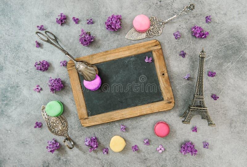 Печенья Macaroon с сувениром Парижа Эйфелевой башни стоковые фото