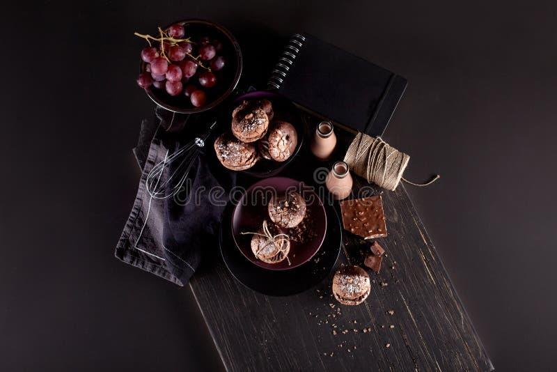 Печенья Maroni, виноградины и milkshakes шоколада на темном деревянном b стоковые изображения