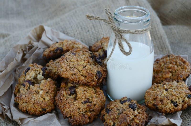 Печенья Oatmeal и бутылка молока на холстине стоковая фотография rf