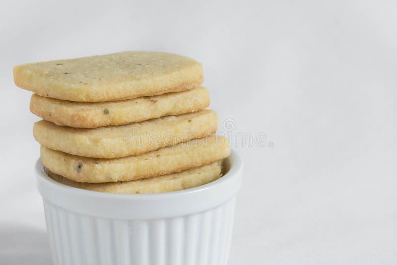 Печенья shortbread лаванды в ramekin стоковые фотографии rf