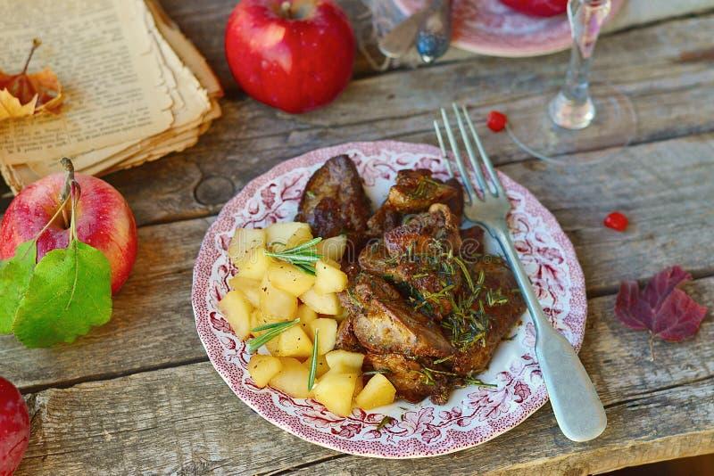 Печень жареной курицы с яблоками стоковое фото rf