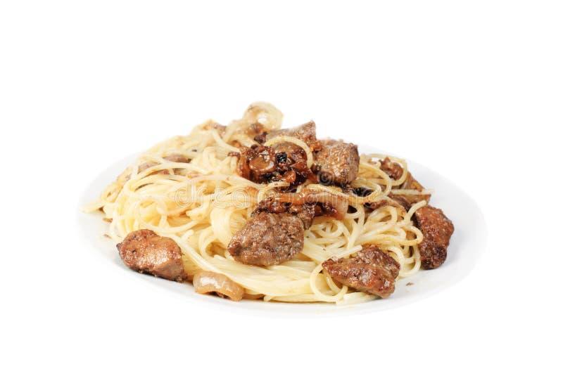 Печень и spagetti на плите изолированной на белизне стоковые изображения