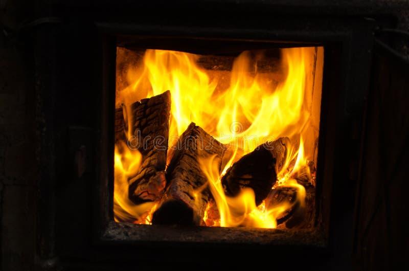 Печка кухни деревянного ожога швырка ретро ржавая сельская стоковое изображение