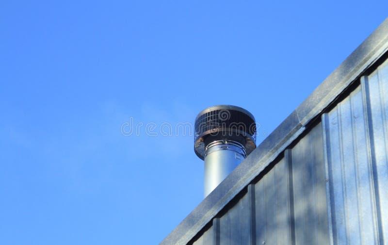 Печная труба камина плиты древесины металла снаружи стоковые фотографии rf
