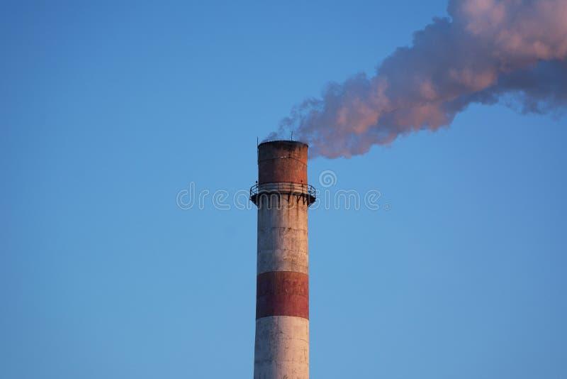 Печная труба фабрики с белым дымом стоковые изображения