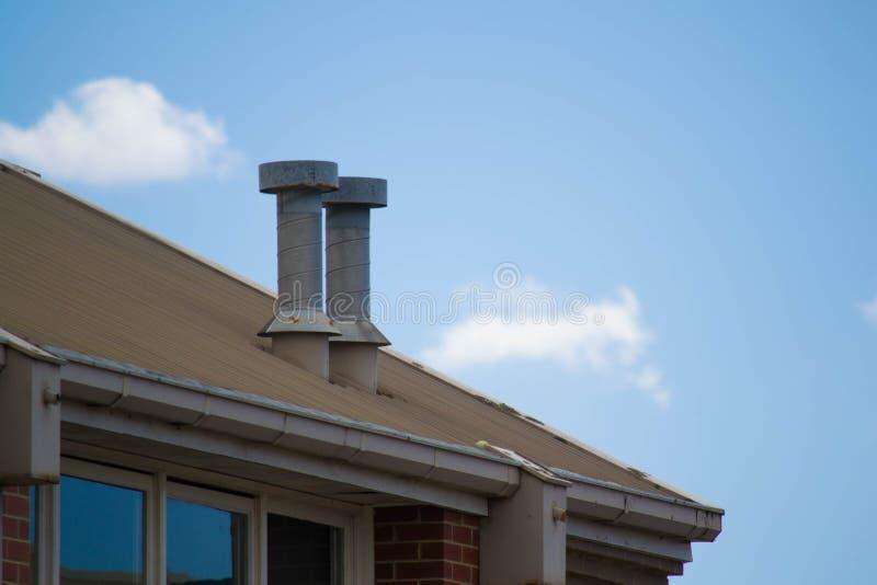 2 печной трубы на промышленной крыше стоковое изображение