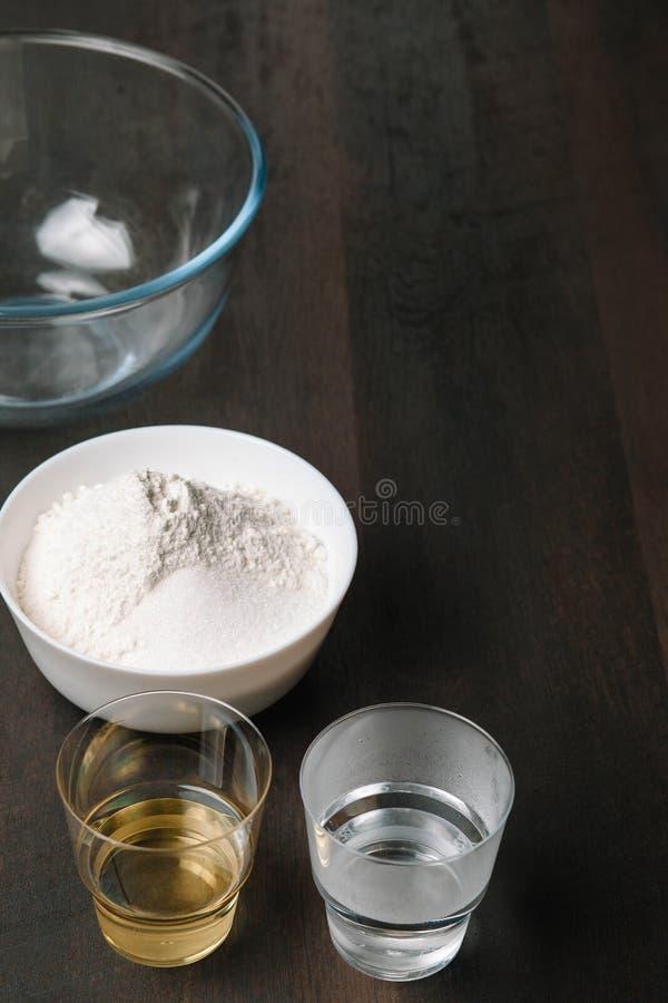 Печь деревянная предпосылка с ингредиентами для теста пиццы Печь утвари на темной деревенской таблице, взгляде сверху стоковое изображение rf