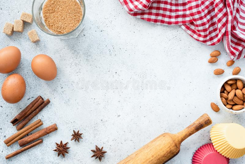 Печь концепция, ингредиенты и утвари кухни на предпосылке стоковые изображения