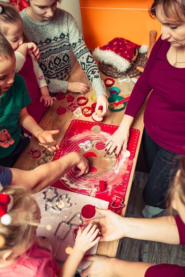 Печь печенья рождества дома стоковые изображения