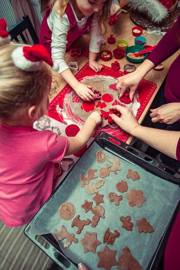 Печь печенья рождества дома стоковые фотографии rf