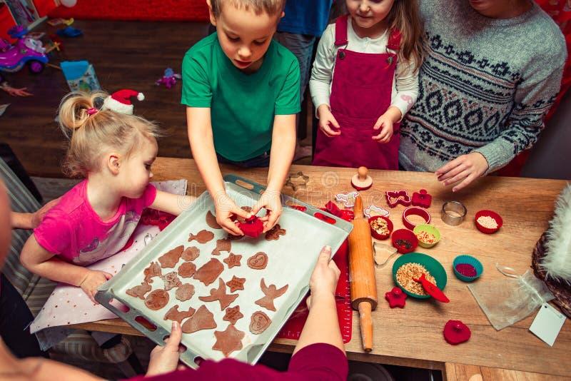 Печь печенья рождества дома стоковая фотография rf