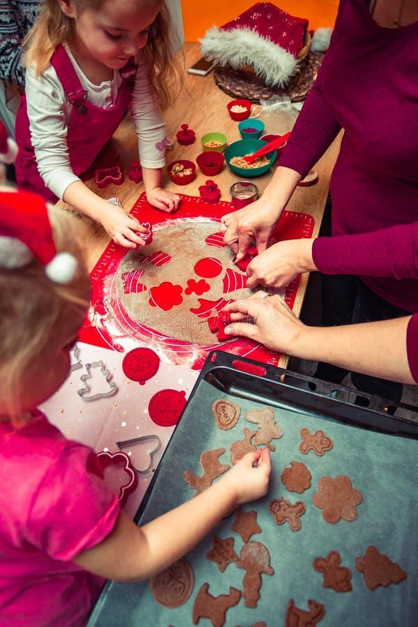 Печь печенья рождества дома стоковое фото