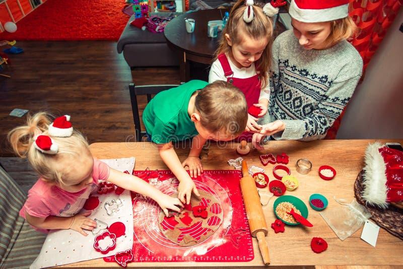 Печь печенья рождества дома стоковое изображение