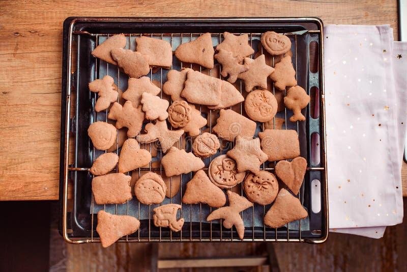 Печь печенья рождества дома стоковая фотография