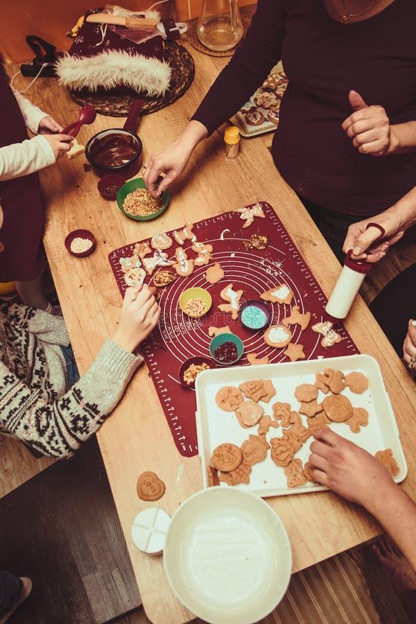 Печь печенья рождества дома стоковые фото