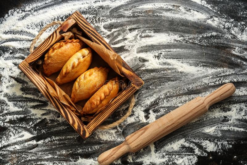 Печь предпосылка, печенье, мука и вращающая ось Русские пироги в деревянном подносе E стоковая фотография rf