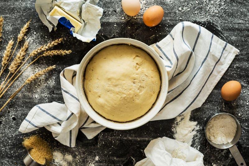 Печь - сырцовые печенье и ингридиенты теста вокруг стоковая фотография rf
