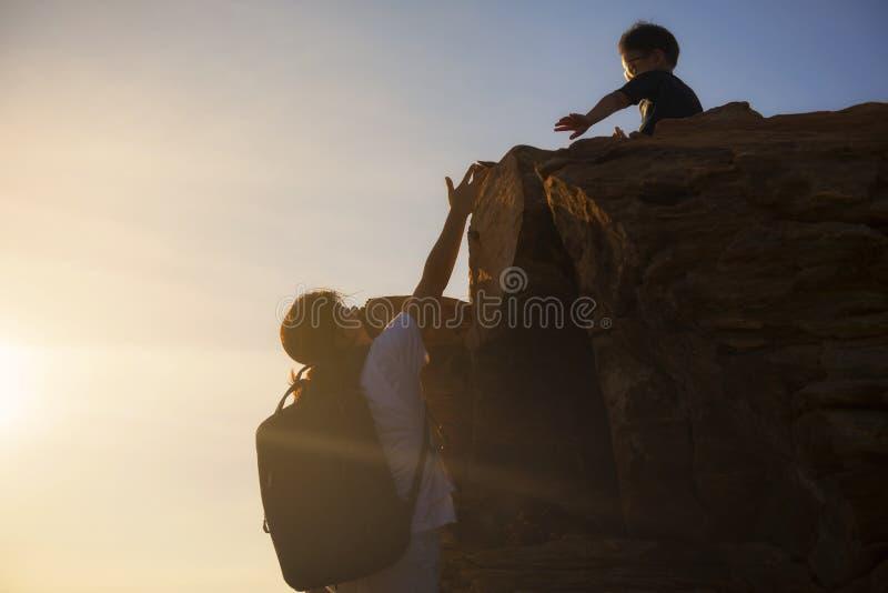 пешая женщина взбираясь до верхнего холма стоковые изображения