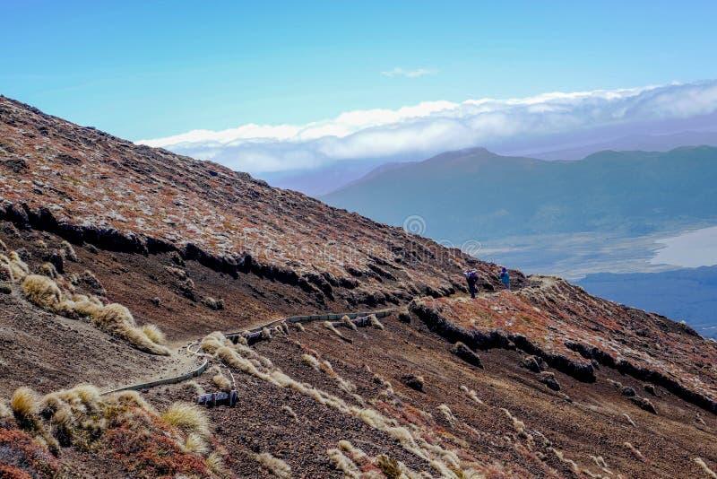 Пешая проба при люди на вулканическом ландшафте стоковое изображение rf
