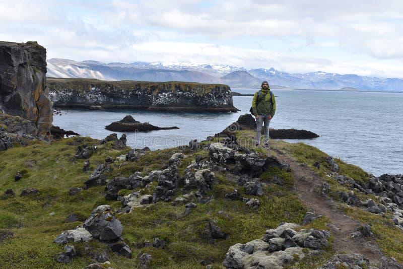 Пешая тропа от Anarstapi к Hellnar с утесами и горами сырцового und океана большими на западе Исландии на Snaefellsnes Penin стоковые изображения rf