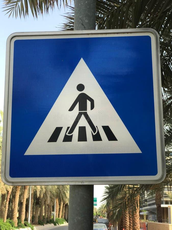 Пешеходный голубой знак стоковое фото