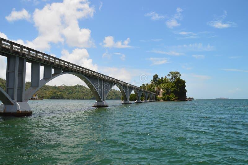 Пешеходный мост в Доминиканской Республике залива Saman, соединяет побережье с 2 крошечными островками Cayo Линареса и Cayo-Vihia стоковое изображение rf